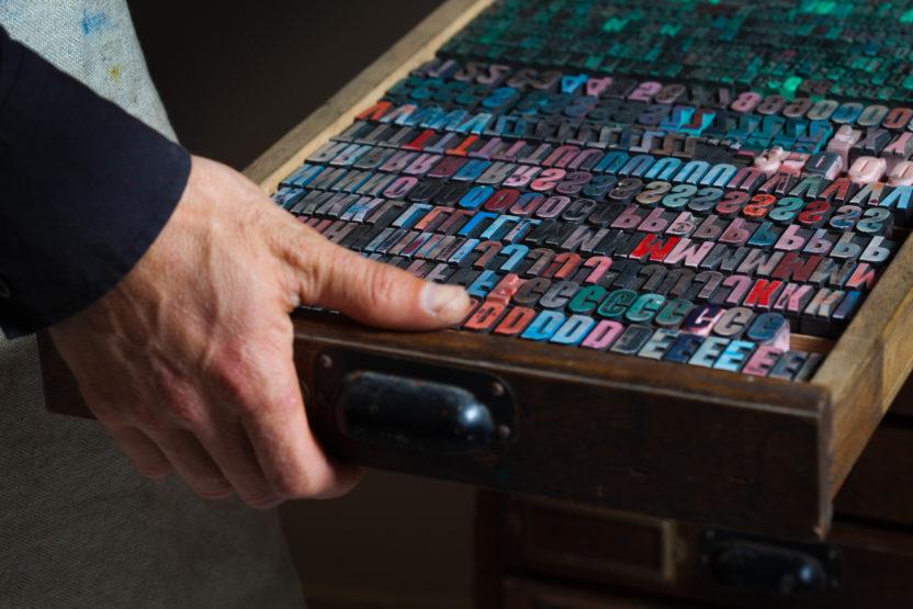 Druckbuchstaben in Schublade